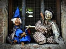 Zwei kleine Hexen im Fenster Stockbild