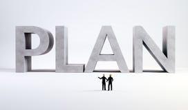 Zwei kleine Ingenieure, die einen Plan beaufsichtigen Lizenzfreies Stockfoto