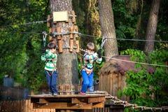 Zwei kleine Jungen, die zusammen spielen und Spa? haben Lebensstilfamilienmoment von Geschwister auf Spielplatz Kinderfreunde spi stockbild