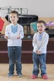 Zwei kleine Jungen führen am Stadium im Kindergarten oder in der Schule durch Leistung von kleinen Jungen lizenzfreie stockbilder