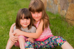 Zwei kleine Kinder auf dem Gras lizenzfreies stockfoto