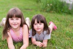 Zwei kleine Kinder auf dem Gras stockfoto