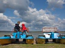 Zwei kleine Kinder auf einem Katamaran, Natur beobachtend Stockbild