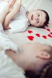 Zwei kleine Kinder, die auf dem Boden liegen Stockfotos