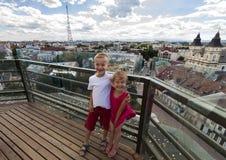 Zwei kleine Kinder Junge und Mädchen, die glücklich beim Besuchen des berühmten Marksteins lachen Lizenzfreies Stockfoto