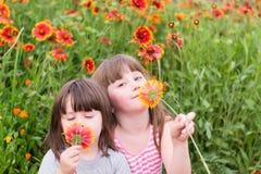 Zwei kleine Kinder mit Blumen lizenzfreies stockfoto
