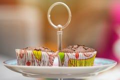 Zwei kleine Kuchen auf einer Platte Stockbilder