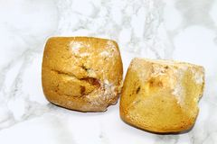 Zwei kleine Kuchen mit Rosinen auf einem kopierten Hintergrund lizenzfreie stockfotografie