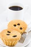 Zwei kleine Kuchen und ein Tasse Kaffee Lizenzfreie Stockfotografie
