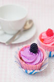 Zwei kleine Kuchen und eine Teeschale Lizenzfreies Stockfoto
