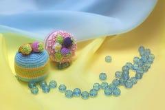 Zwei kleine Kuchen und zerstreute Perlen Lizenzfreie Stockfotos