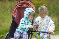 Zwei kleine Mädchen auf einem Waldweg stockfoto