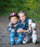 Zwei kleine Mädchen auf Rollen Stockfoto