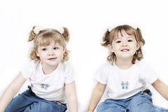 Zwei kleine Mädchen in den Zöpfen lizenzfreies stockfoto