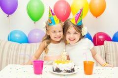 Zwei kleine Mädchen an der Geburtstagsfeier lizenzfreies stockbild