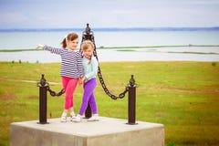Zwei kleine Mädchen, die auf dem Sockel stehen stockfotografie