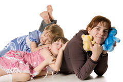 Zwei kleine Mädchen, die auf Mama schlafen Stockbilder
