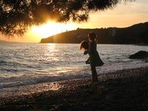 Zwei kleine Mädchen, die auf Strand spielen Lizenzfreie Stockfotografie