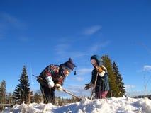 Zwei kleine Mädchen, die Grabung für Schatz spielen Stockbild