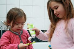 Zwei kleine Mädchen, die im Badezimmer sich waschen Stockfotografie