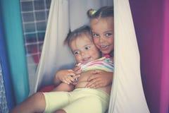 Zwei kleine Mädchen, die im Spielplatz spielen Kleine Schwestern, die t spielen Stockbild