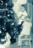 Zwei kleine Mädchen, die Weihnachtsbaum verzieren lizenzfreie stockbilder