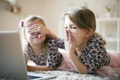 Zwei kleine Mädchen entsetzt lizenzfreies stockbild