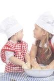 Zwei kleine Mädchen im Kochkostüm Lizenzfreie Stockfotos