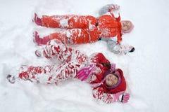 Zwei kleine Mädchen im Schnee Lizenzfreies Stockbild