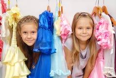 Zwei kleine Mädchen im System der Kleider Stockfoto