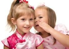 Zwei kleine Mädchen plaudern Lizenzfreie Stockfotos