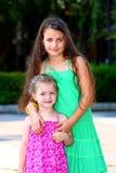 Zwei kleine Mädchen (Schwestern) Stockfotos