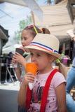 Zwei kleine Mädchen (Schwestern) Eiscreme essend stockbild