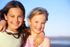 Zwei kleine Mädchen teilen eine Umarmung. Stockfoto