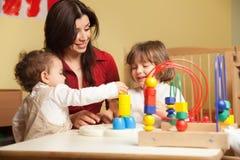 Zwei kleine Mädchen und weiblicher Lehrer lizenzfreies stockfoto