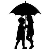 Zwei kleine Mädchen unter einem Regenschirm Stockbild