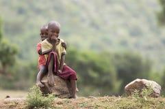Zwei kleine Masaimädchen lizenzfreie stockbilder