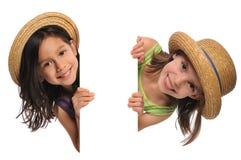 Zwei kleine Mädchen, die ein Zeichen anhalten Stockfotos