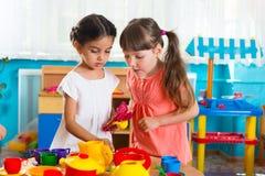 Zwei kleine Mädchen, die im Kindertagesstätte spielen Lizenzfreies Stockfoto
