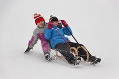 Zwei kleine Mädchen im Winterbetrieb Stockbild