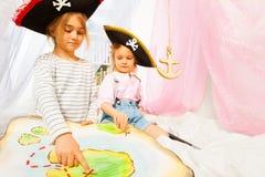 Zwei kleine Piraten, die nach einer Schatz-Insel suchen stockbilder