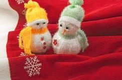 Zwei kleine Schneemänner Lizenzfreies Stockbild