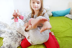 Zwei kleine Schwestern, die im Bett spielen Stockbilder