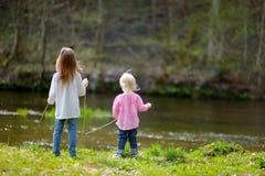 Zwei kleine Schwestern durch einen Fluss Lizenzfreies Stockfoto