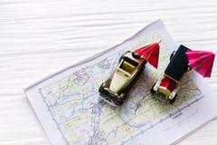 Zwei kleine Spielzeugautos mit Strandschirmen Das Konzept der Reise lizenzfreies stockbild