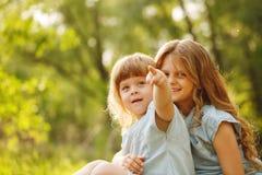 Zwei kleine streichelnde Schwestern familie Stockfotos