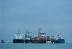 Zwei kleine Tanker an einer Ölstation lizenzfreies stockfoto