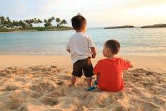 Zwei Kleinkinder auf einem Strand Lizenzfreie Stockfotografie