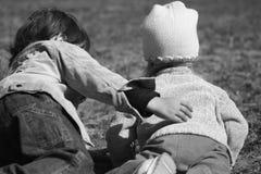 Zwei Kleinkinder, die draußen spielen Stockfoto