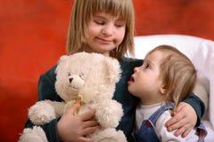 Zwei Kleinkinder, die sich anhalten Lizenzfreies Stockfoto